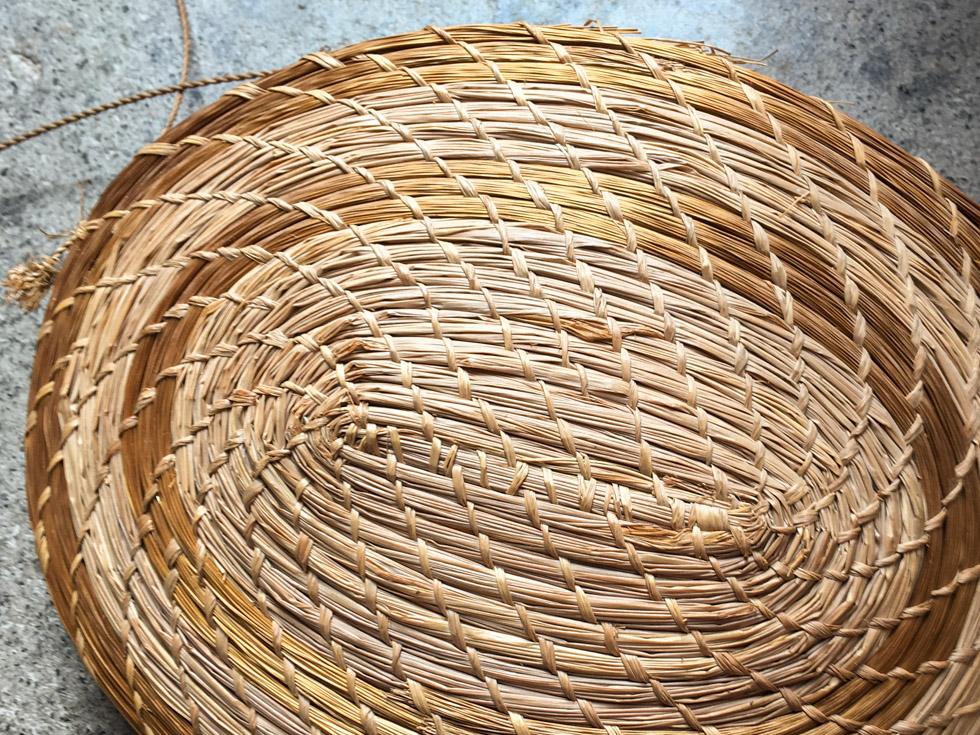 Bolsa de folha de palmeira feita a mão pelo Procrópio.